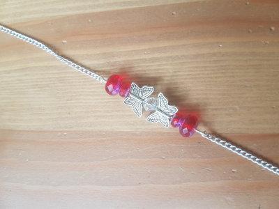 Silver plated armbandje met rode glaskraaltjes vlinderkralen