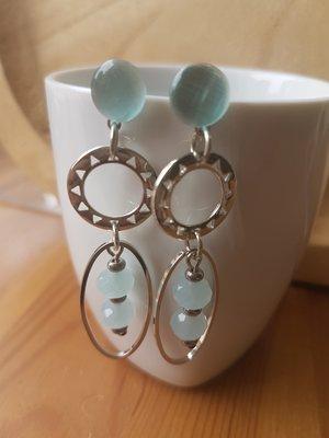 Zilveren oorhangers met steker licht blauwe facetkralen