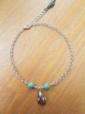 Enkelbandje van plated silver met turquoise kraal en druppelbedel