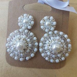 Zilveren oorstekers met witte barok oorhangers, handmade